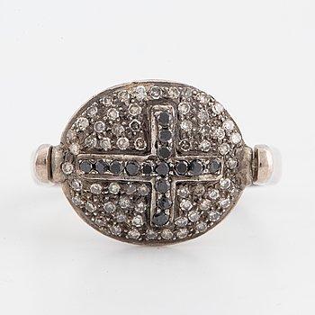 RING, med diamanter och svarta diamanter.