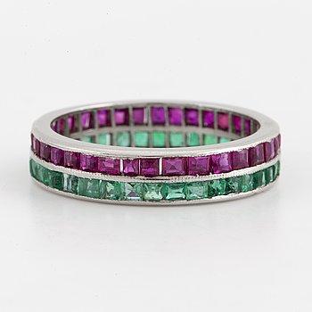 RING, Alliansring med carréslipade rubiner och smaragder.