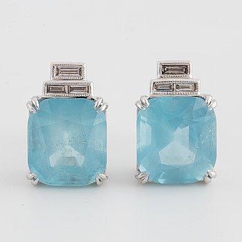 ÖRHÄNGEN, med akvamariner och baguetteslipade diamanter.