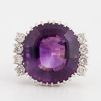 COCKTAILRING, med stor ametist och briljantslipade diamanter.