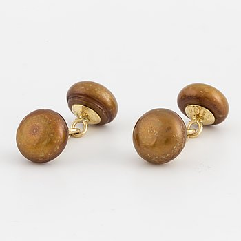 A pair of Longmire cufflinks, 18K gold and pearls.