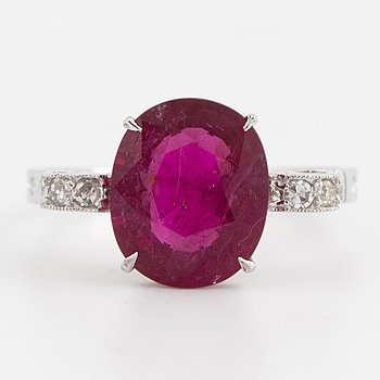 A 3,50 ct rubellite and diamond ring.