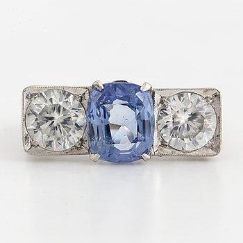 RING, med blå safir och zirkoner, med certifikat.