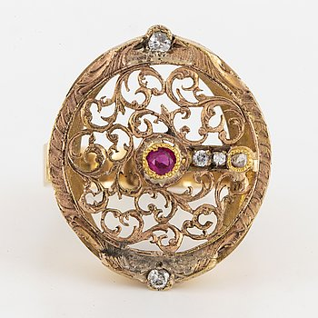 An 18K gold ring with ruby and diamonds.