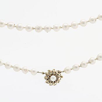 NECKLACE cultured pearls approx 7,5 mm, clasp 18K gold w 1 cultured pearl.