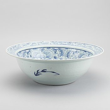 A Chinese porcelain basin 19th century.