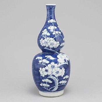 VAS, porslin. Qingdynastin, omkring 1900.