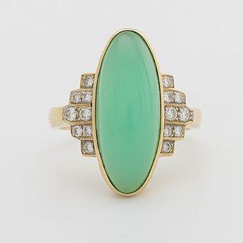 RING 18K gold w chrysoprase and brilliant-cut diamonds 0,28 ct according to invoice.