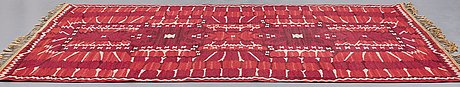 "Barbro nilsson, matta, ""strålblomman, röd"", gobelängteknik, ca 313,5 x 200-202,5 cm, signerad ab mmf bn."