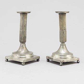 LJUSSTAKAR, ett par, tenn, sengustavianska. Omkring år 1800.