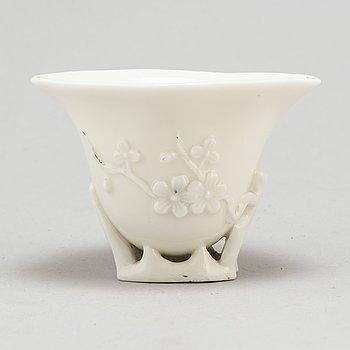 VINOFFERBÄGARE, blanc de chine. Qingdynastin, 1700-tal.