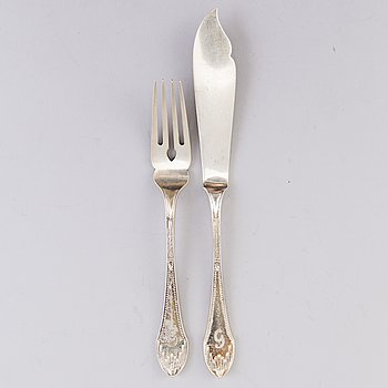 A set of German fish cutlery in silver, 12 knives and 11 forks, from around 1900.