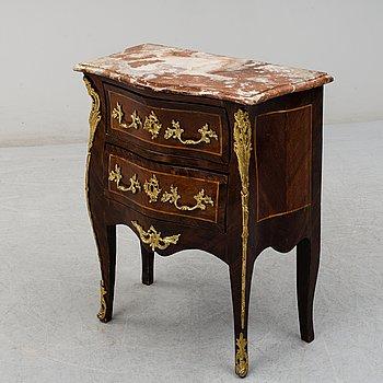 BYRÅ, Louis XV-stil, troligen Frankrike. 1800-talets slut.