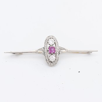 BROOCH 14K whitegold 1 pink sapphire approx 4 x 4 mm, 2 old-cut diamonds approx 0,50 ct in total and single-cut diamonds.
