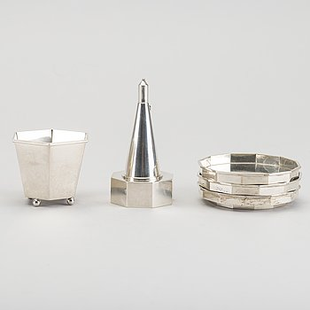 A Swedish set in silver of 3+1 coasters and a 2 pcs cigaret set marks of Wiwen Nilsson Lund 1929-30 weight ca 334 gr.