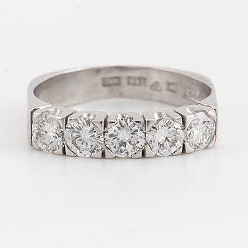 RING, Halvallians, 18K vitguld med fem briljantslipade diamanter.