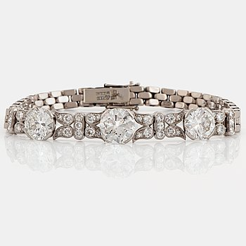 978. An 18K white gold bracelet set with old-cut diamonds with a total weight of ca 7.50 cts.