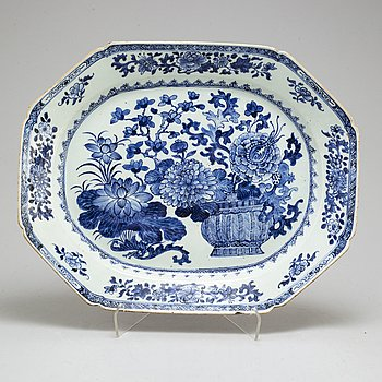 A blue and white export porcelain serving dish, Qing dynasty, Qianlong (12736-95).