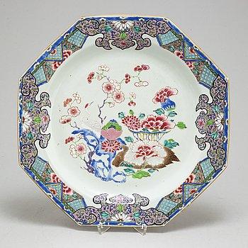 A large famille rose export porcelain serving dish, Qing dynasty, Qianlong (1736-95).