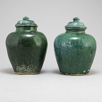A pair of green glazed ceramic jars with covers, Transition, 17th century.