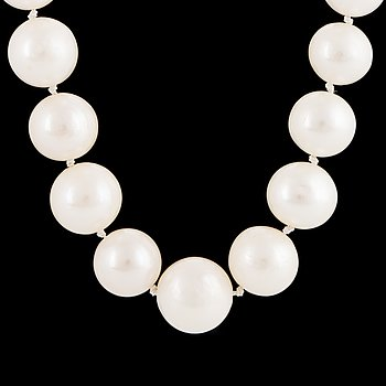 A cultured pearl necklace. clasp 14K gold.