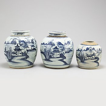 Three blue and white jars with two covers, Qing dynasty, 19th century.