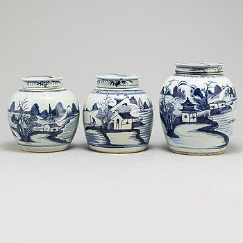 BOJANER/INGEFÄRSKRUS med LOCK, tre stycken, porslin. Qingdynastin, 1700-tal.