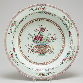 A large famille rose dish, Qing dynasty, 18th century.