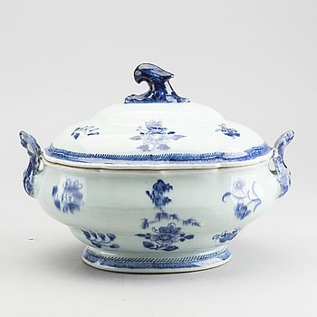 A Chinese Qianlong blue and white porcelain tureen and lid.