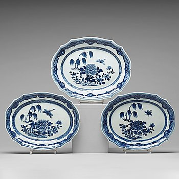 A set of three blue and white dishes, Qing dynasty, Qianlong (1736-95).