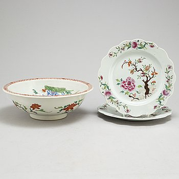 A famille rose export porcelain bowl and a pair of pates, Qing dynasty, 18th century.