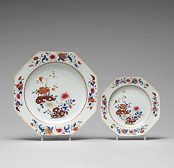 A set of 11 famille rose dinner plates and a serving dish, Qing dynasty, Qianlong (1736-95).