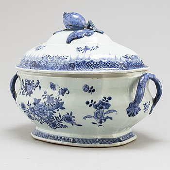 A large blue and white export porcelain tureen with cover, Qing dynasty, Qianlong (1736-95).