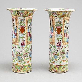 VASER, ett par, porslin. Kanton, Qingdynastin, 1800-tal.