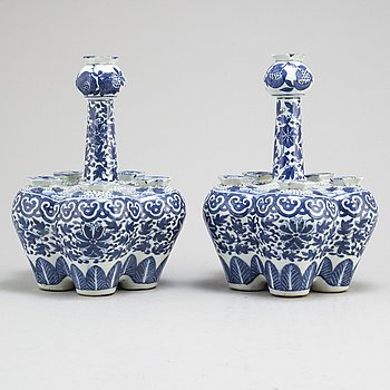 A pair of blue and white tulip vases, Qing dynasty, Guangxu (1875-1908).