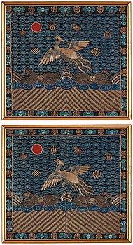 ÄMBETSMANNA INSIGNIA, ett par, broderat siden. Qingdynastin, 1800-tal.