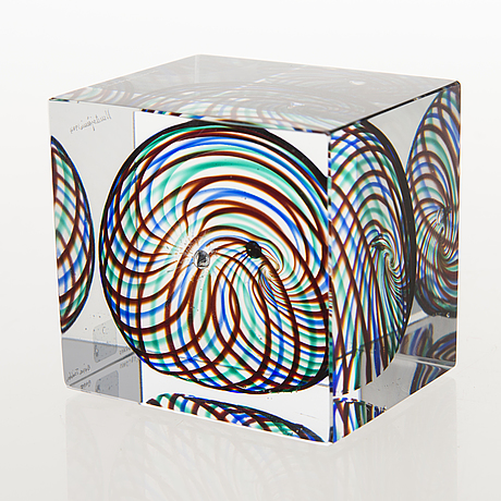 Oiva toikka, an annual glass cube, signed oiva toikka nuutajärvi 1994 and numbered 528/2000.