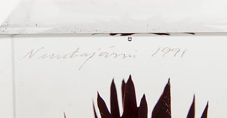 Oiva toikka, an annual cube signed oiva toikka nuutajärvi 1991 and numbered 82/2000.