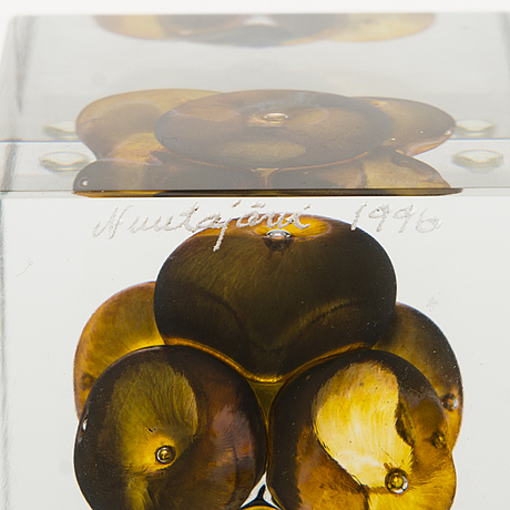 Oiva toikka,  an annual glass cube, signed oiva toikka nuutajärvi 1996 and numbered 528/2000.