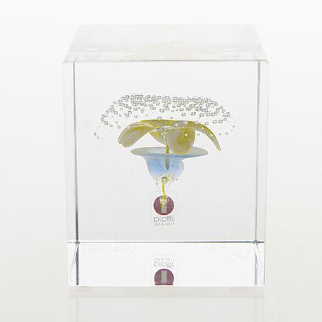 Oiva toikka, a glass annual cube signed oiva toikka nuutajärvi 2000, 895/2000.