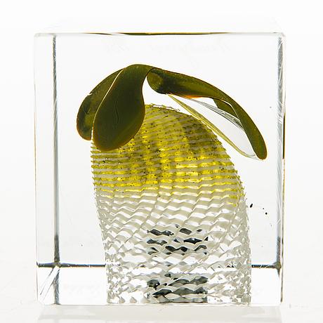 Oiva toikka, an annual cube, glass, signed oiva toikka 1986 nuutajärvi, numbered  56/2000.