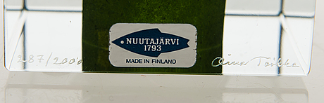 Oiva toikka, an annual glass cube signed oiva toikka nuutajärvi 1992, numbered 287/2000.