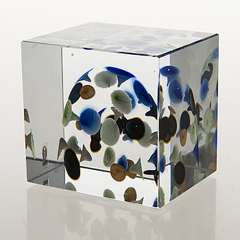 OIVA TOIKKA, An annual glass cube, signed Oiva Toikka Nuutajärvi 2005 and numbered 351/2000.
