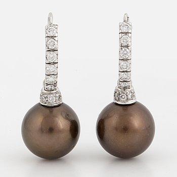 ÖRHÄNGEN, med odlade Tahiti pärlor och briljantslipade diamanter.