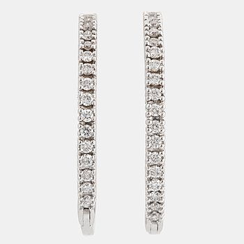 18K white gold earrings with brilliant-cut diamonds.