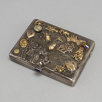 A Russian 20th century parcel-gilt cigarette-case, unidentified makers mark, St. Petersburg 1908-1917.