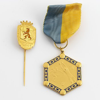 An 18 carat gold medal and a pin, for merit with in the Swedish football association.