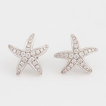 Ett par örhängen med runda briljantslipade diamanter.