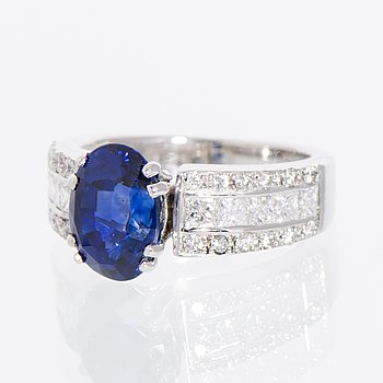 A RING, facetted sapphire, princess- and brilliant cut diamonds, 18K white gold.
