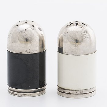 A PAIR OF SWEDISH ART DECO SALT- AND PEPPER SHAKERS, silver, GAB 1936.